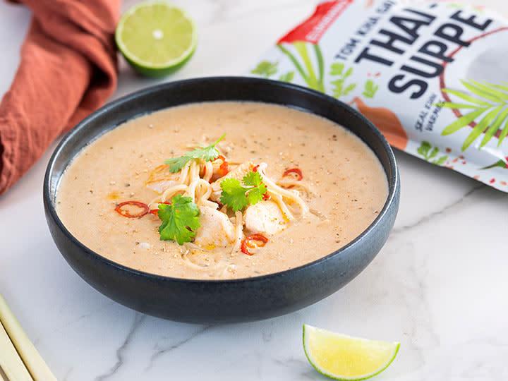 Tom-Kha-Gai-suppe-med-eggnudler-og-stekt-kylling.jpg