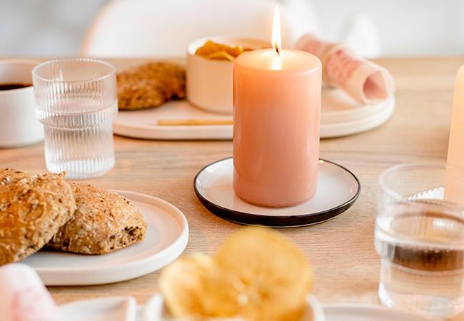 Pynt opp frokostbordet med lys og servietter i matchende farger
