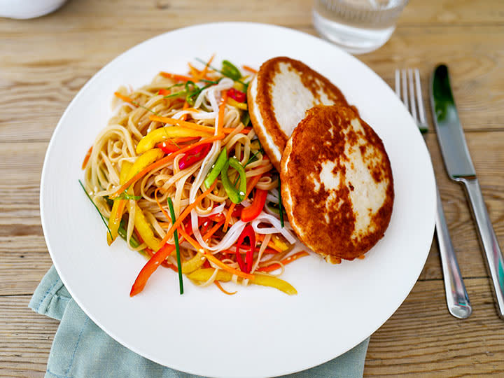 Fiskeburger_m_asiatisk_salat_artikkelbilde.jpg
