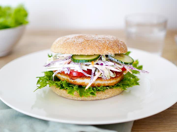 Fiskeburger med kremet råkostsalat