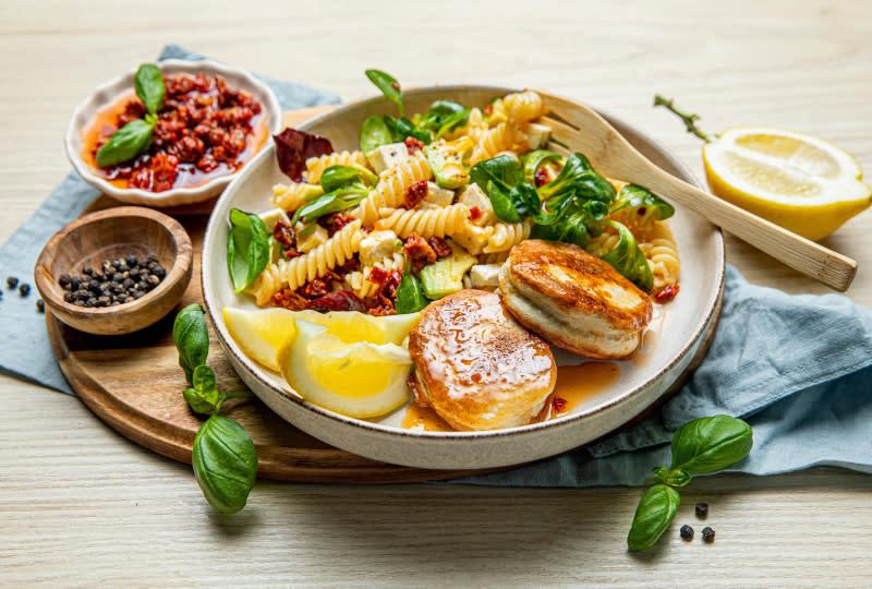 Fiskekaker med pastasalat