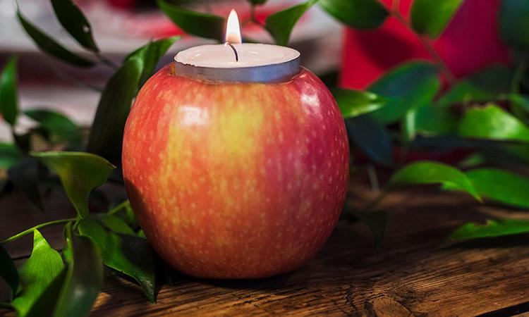 Enkelt: Et eple kan enkelt bli til en telysholder. Alt du trenger å gjøre er å skjære ut et passendne hull på toppen.