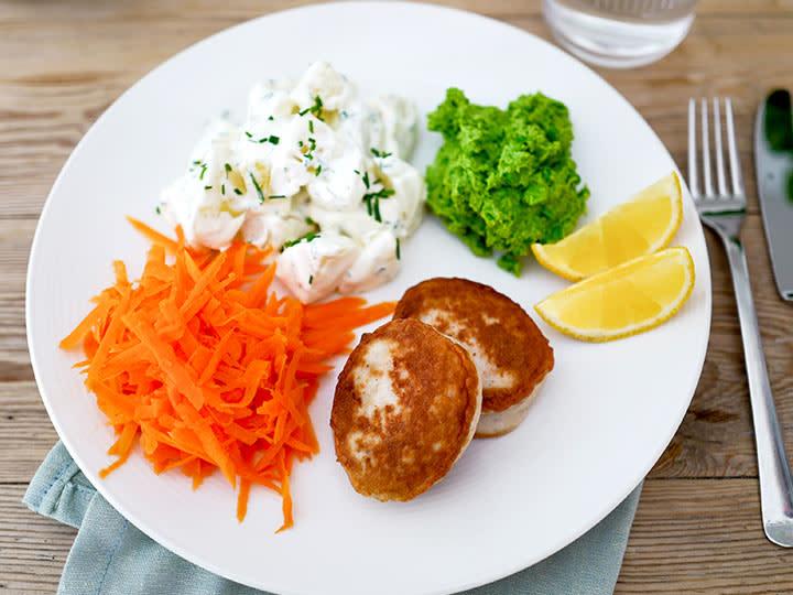 Fiskekaker-med-kremet-potetsalat-rakost_artikkelbilde.jpg