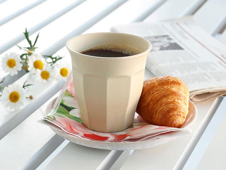 Deilig nytrukket kaffe i bambuskopp