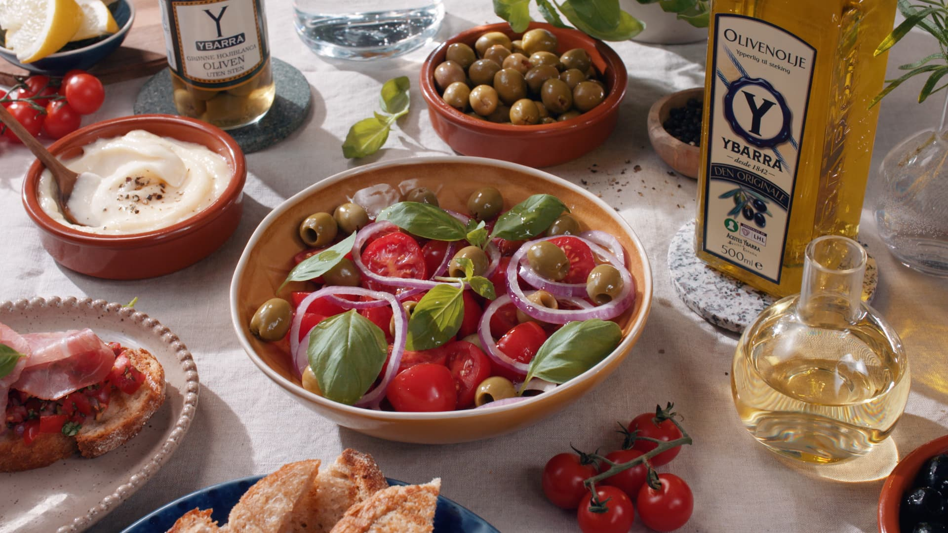 Tomatsalat med oliven og rødløk
