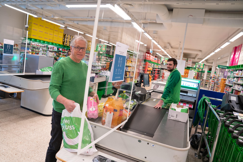 I alle våre 683 butikker skal det være pleksiglass mellom medarbeider i kassen og kunder.