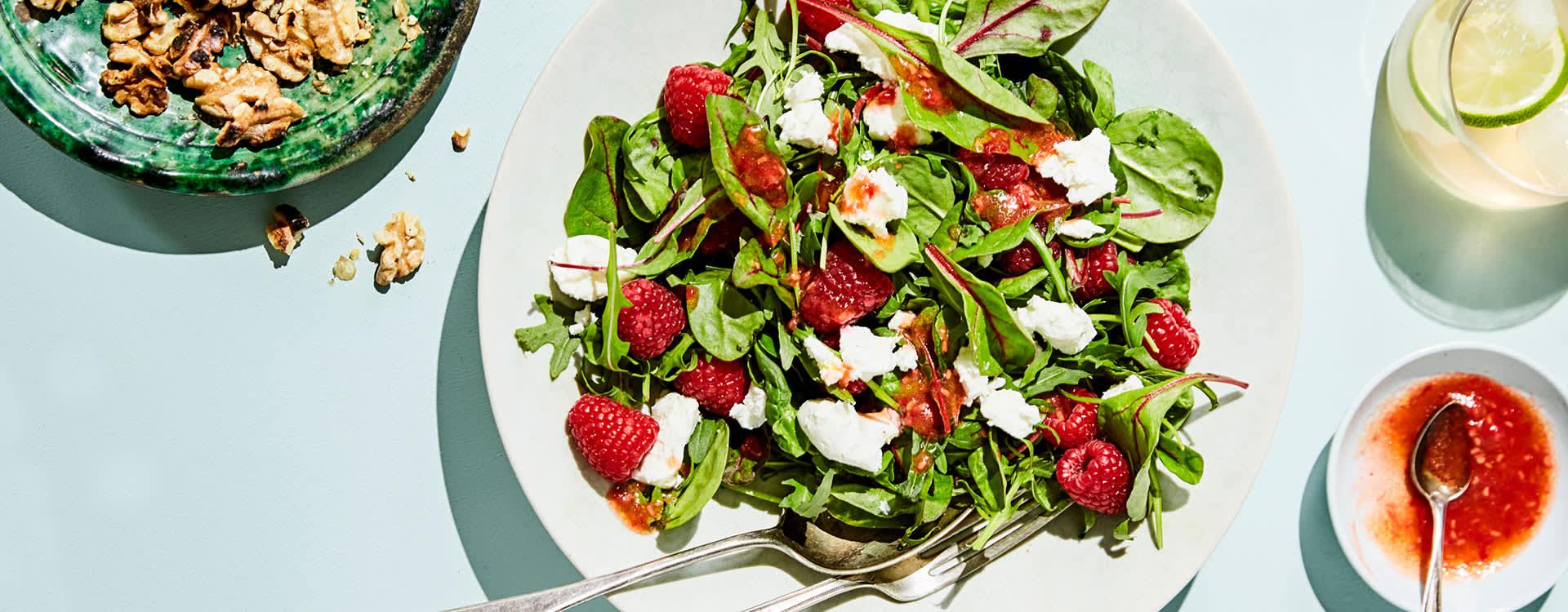 Salat med chèvre og bringebær-vinaigrette er supergodt. Topp den gjerne med avokado og honning!