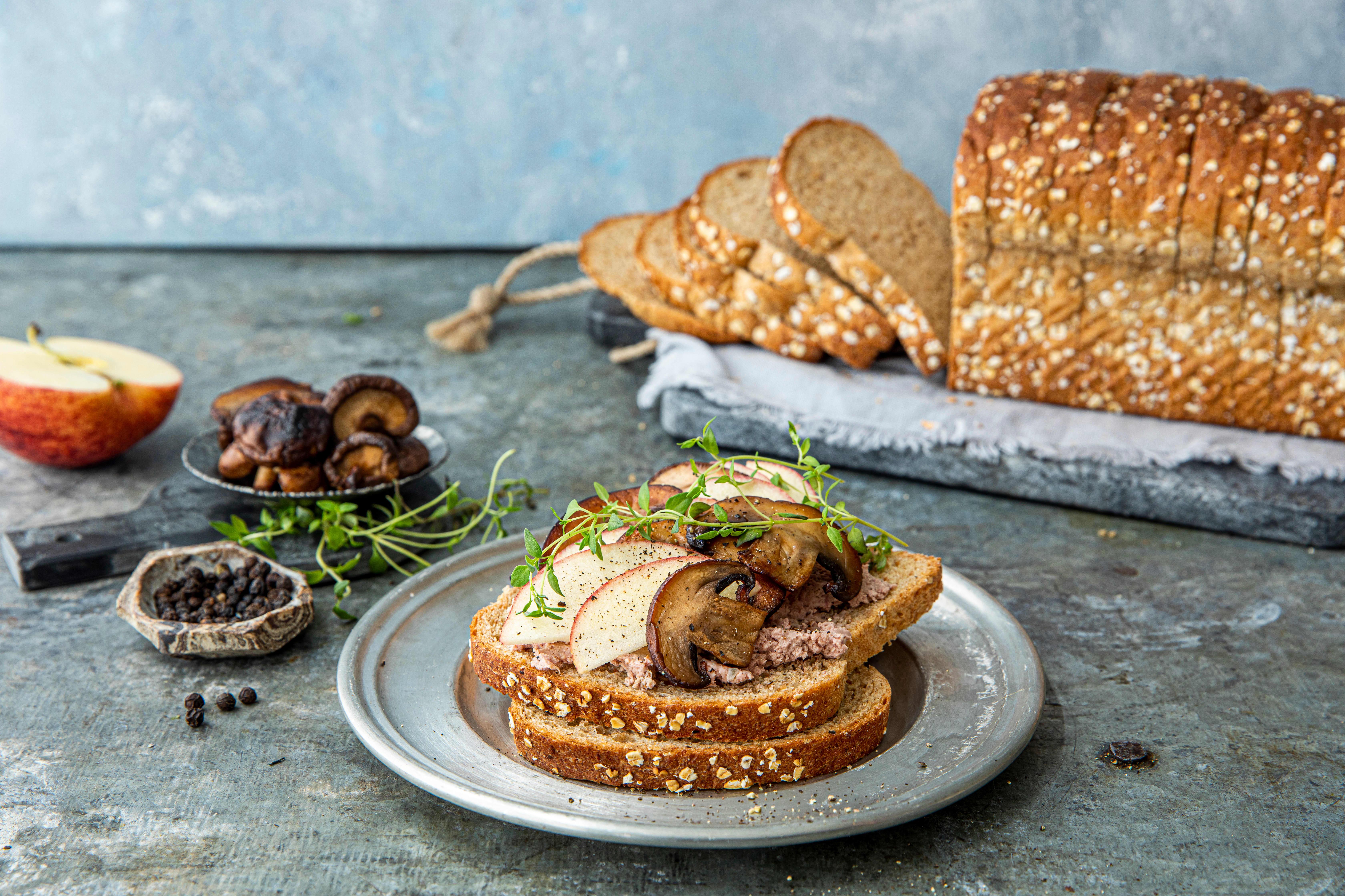 Våre groveste Havrebrød med lun leverpostei, stekt sjampinjong, eple og timian. Foto: Sara Johannessen