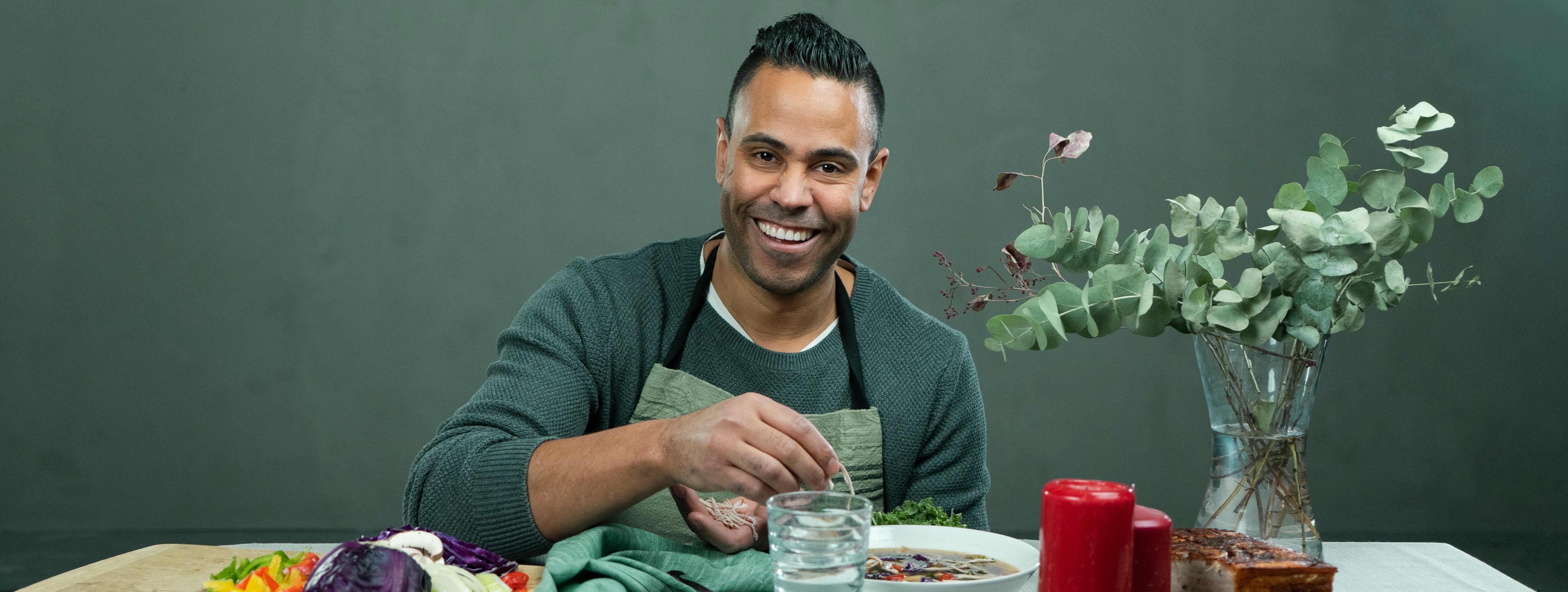 Kokk Daniel Barry i Haugen-Gruppen er svært glad i å lage asiatisk mat.