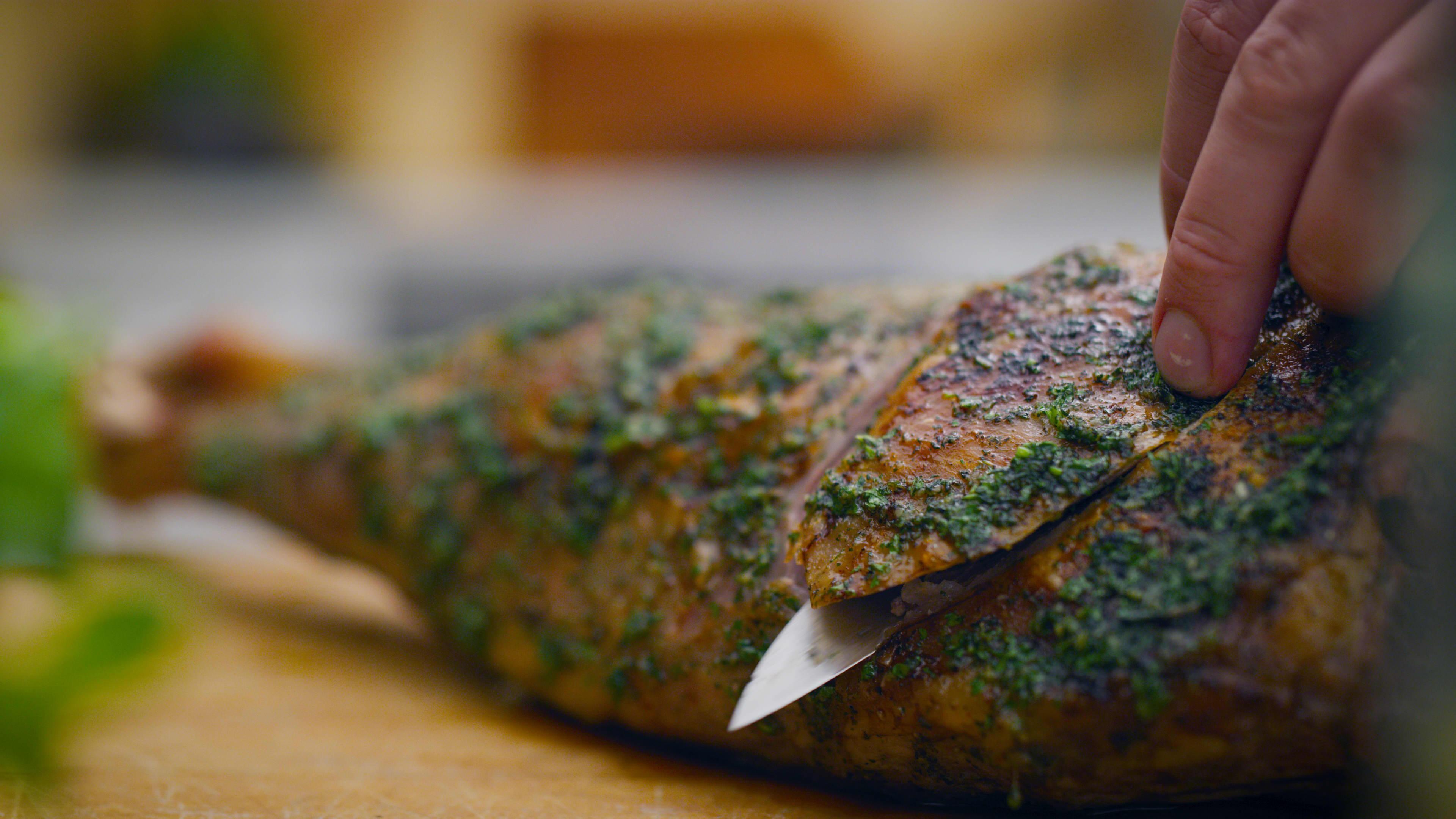 Lammelår gnidd inn med smakfull marinade.