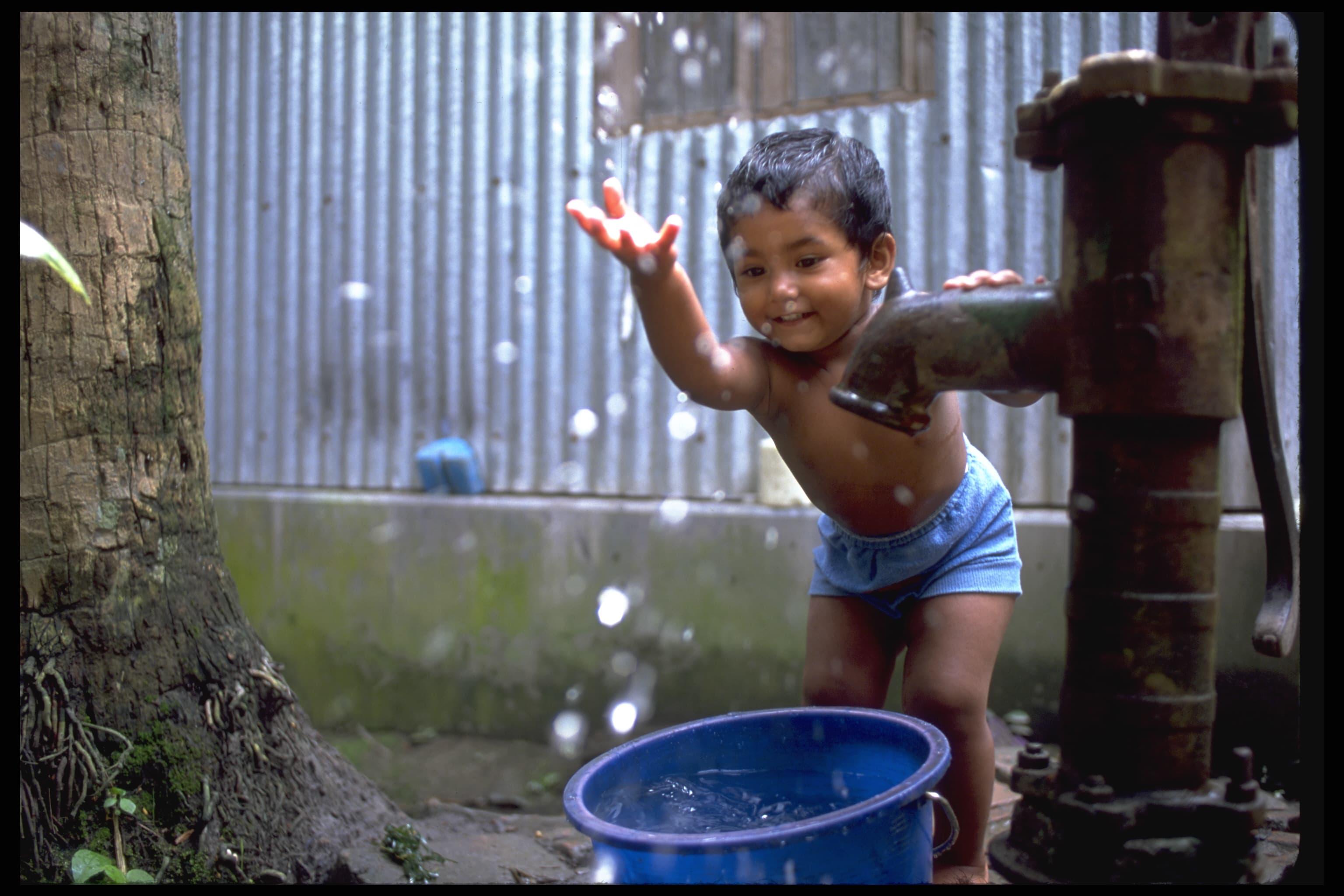 Vann gir barn en bedre fremtid. © UNICEF/Noorani