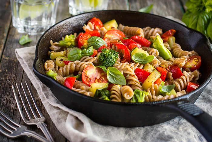 En middagsrett med fullkornspasta, grønnsaker og for eksempel kylling er et godt valg.