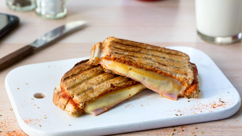Klassisk toast med Norvegia og skinke. Bilde: TINE