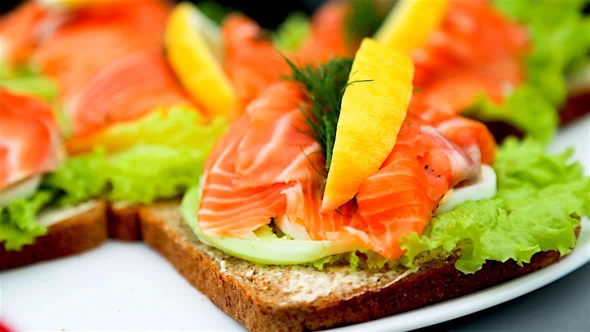 Laks på brødskiva er en enkel og god måte å øke sitt eget fiskeinntak.