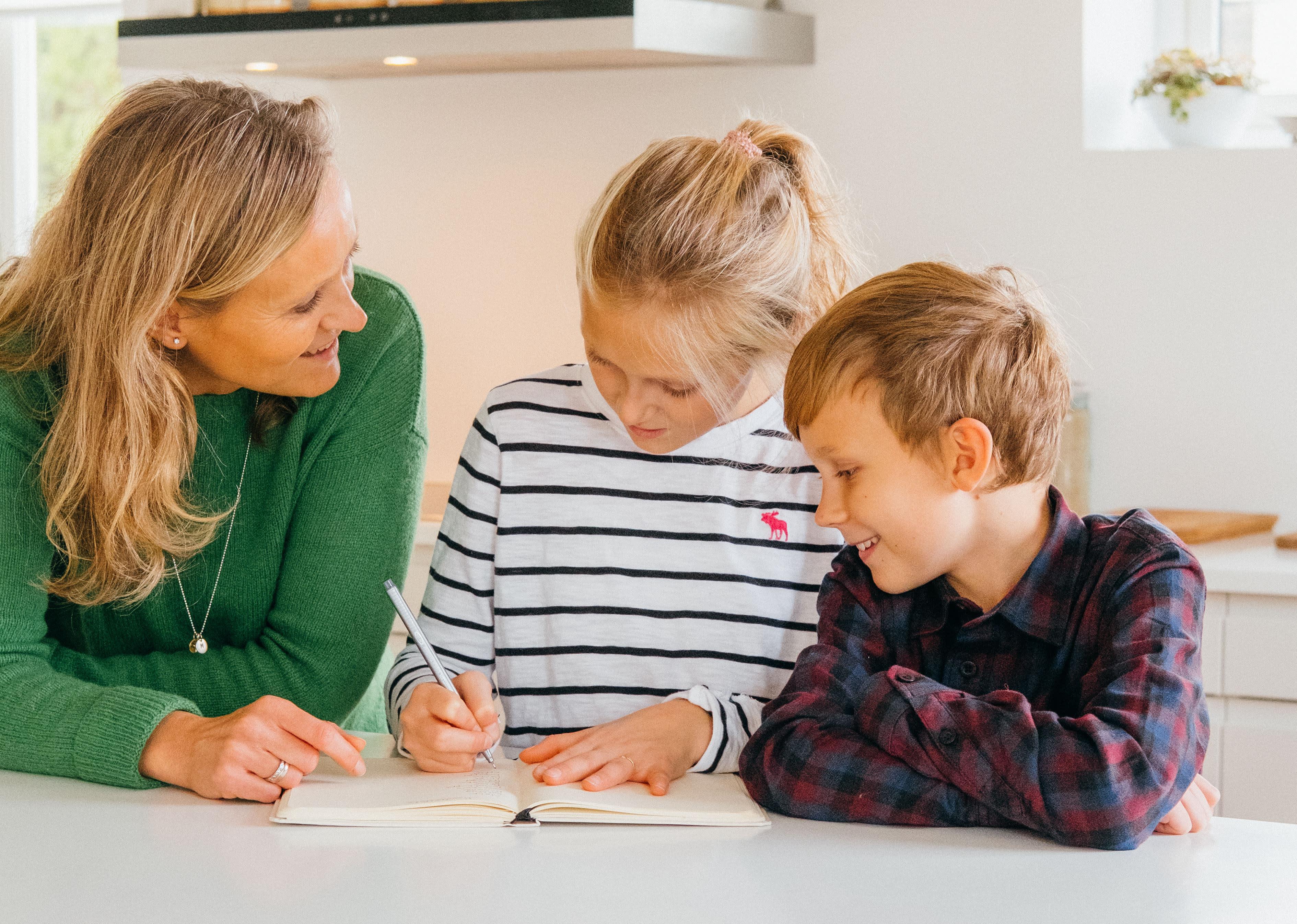 Hele familien skriver handleliste.