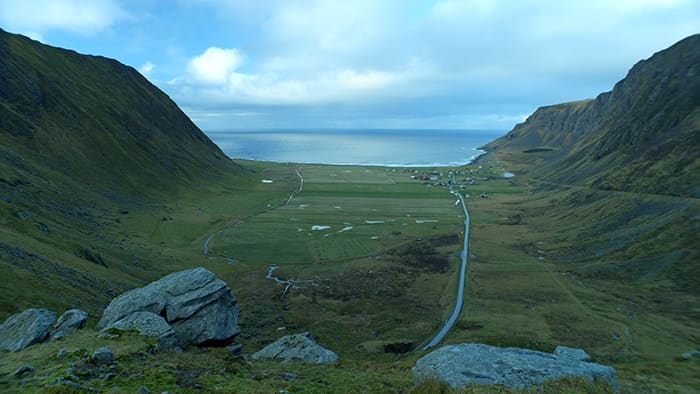 Unstad og Unstad strand er omgitt av dramatisk natur.