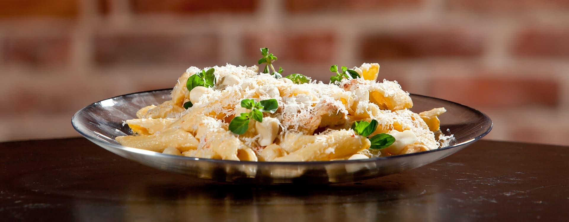 Kylling og pasta med macadamianøtter.