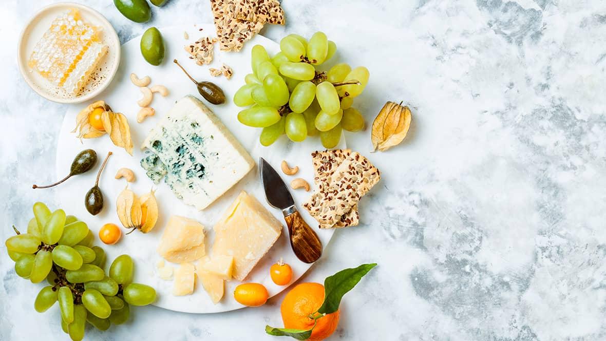 Gravide bør for sikkerhets skyld være forsiktig med myke muggoster, men andre, upasteuriserte oster kan spises hvis de varmebehandles først.