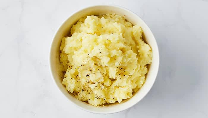 Potetpuré er en vinner uansett! Med hvitløk får den en litt mer spennende smak.