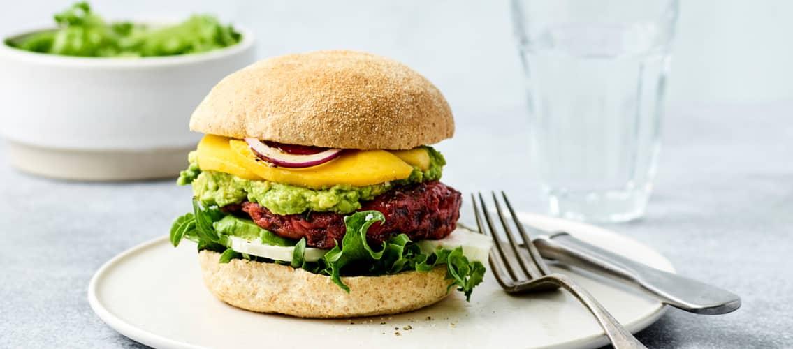 Har du lyst til å prøve en kjøttfri burgermiddag? Lag burger av rødbet!