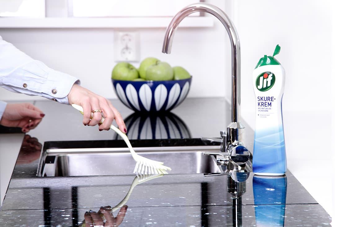 Å vaske over kjøkkenbenker og bord er det viktig at du gjør hver dag.