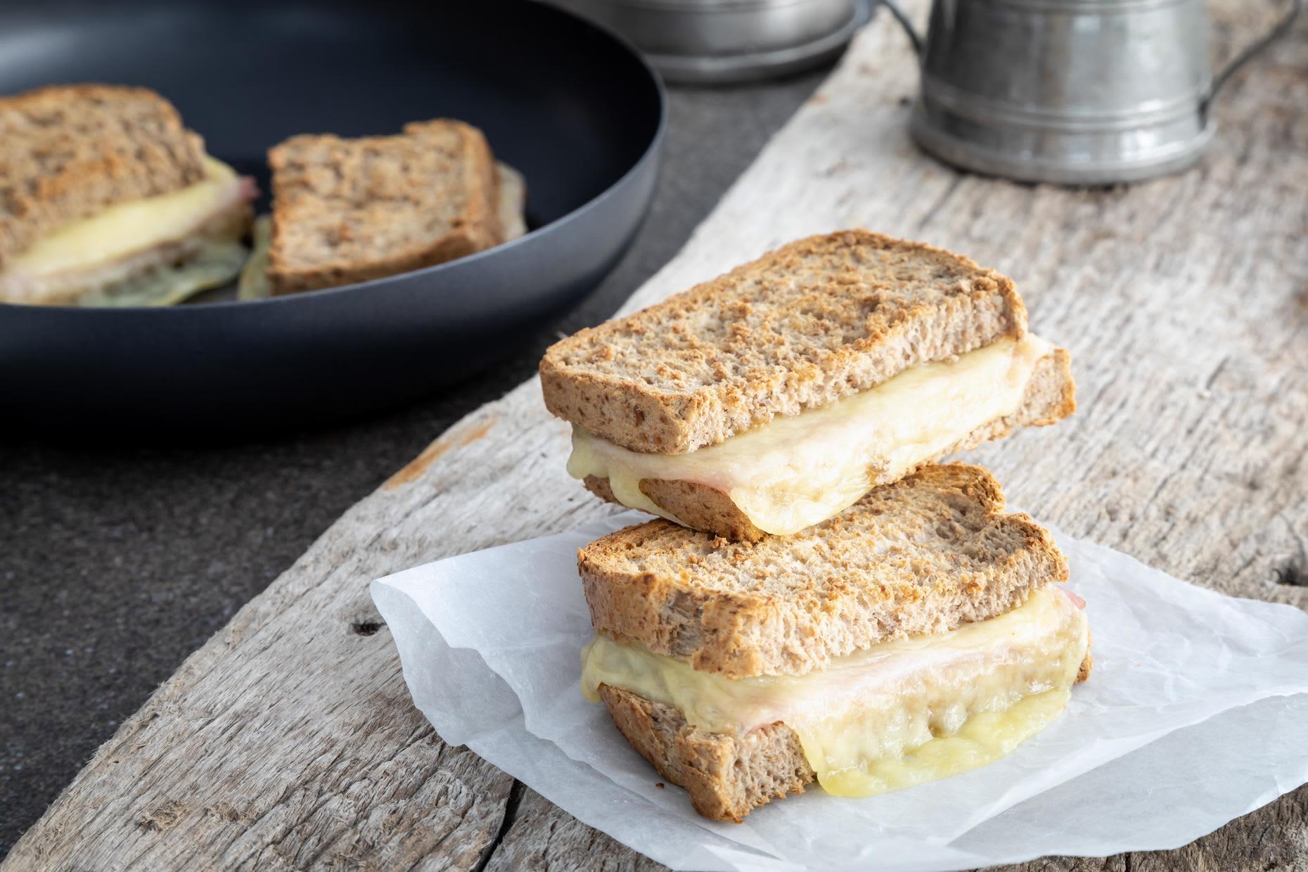 Fyr opp et bål eller primus og stek ostesmørbrødene.