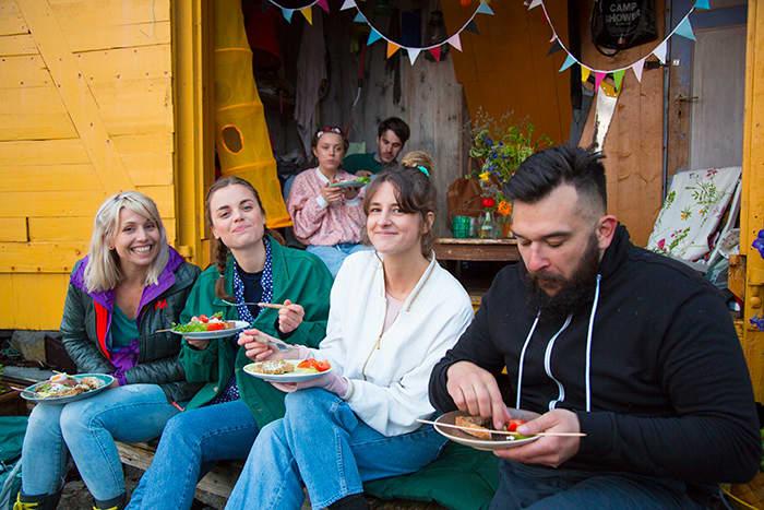 Godtfolk: Det er lite som slår et godt måltid sammen med trivelige mennesker. Bare se på bildet!
