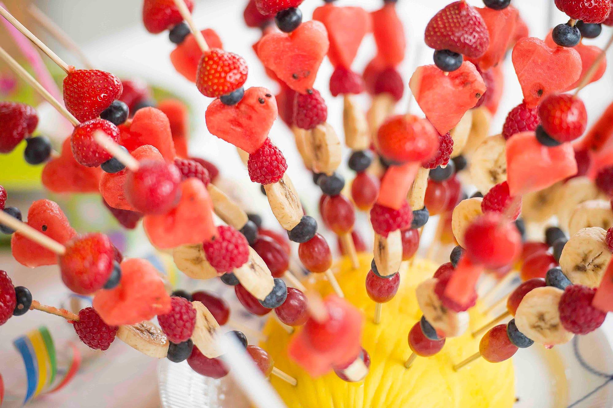 Hvem kan si nei takk til dette? En enklere versjon er å lage en egen skål med frukt til hver person.