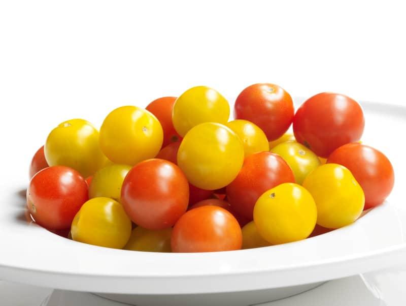 Friske gule og røde cherrytomater