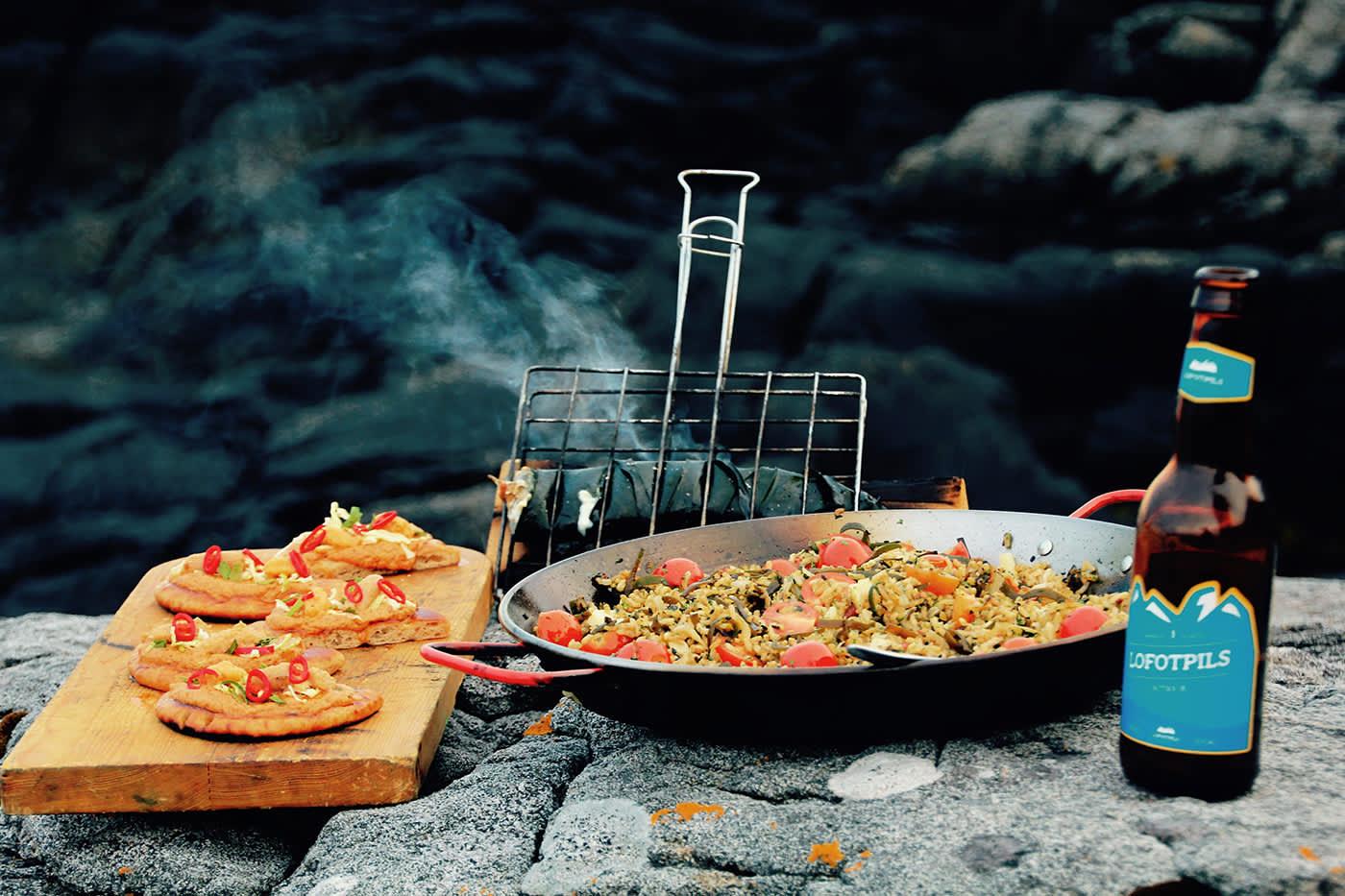 Albuetare-paella med sjøgressrøkt makrell og Tahinicreme-toast med Kråkebollerogn. Pils, gitar og episk utsikt. Livet er rett og slett bra iblant.