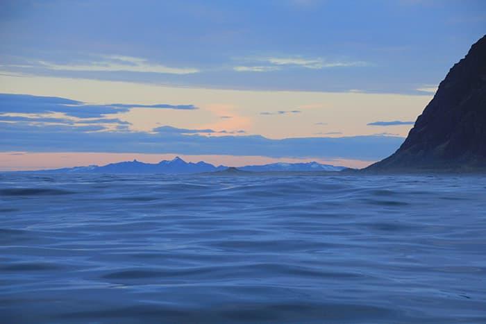Yttersiden av Lofoten er fantastisk. Arktiske værmønstere maler et fengslende bilde i ville kontraster. Med god vind i seilene går vi rakt på vårt neste mål.