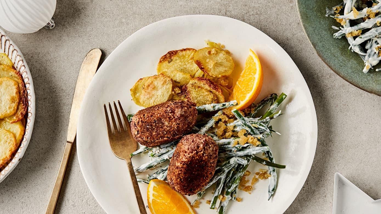 Vegetarkaker med potetgrateng og kremet aspargesbønnesalat