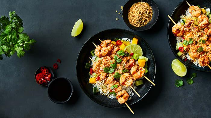 Poke med Shrimp Sticks teriyakisaus og soya & ingefærsmak crunch