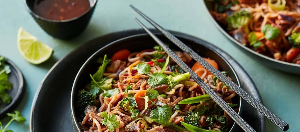 rask wok til middag med grønnsaker, nudler og kjøtt