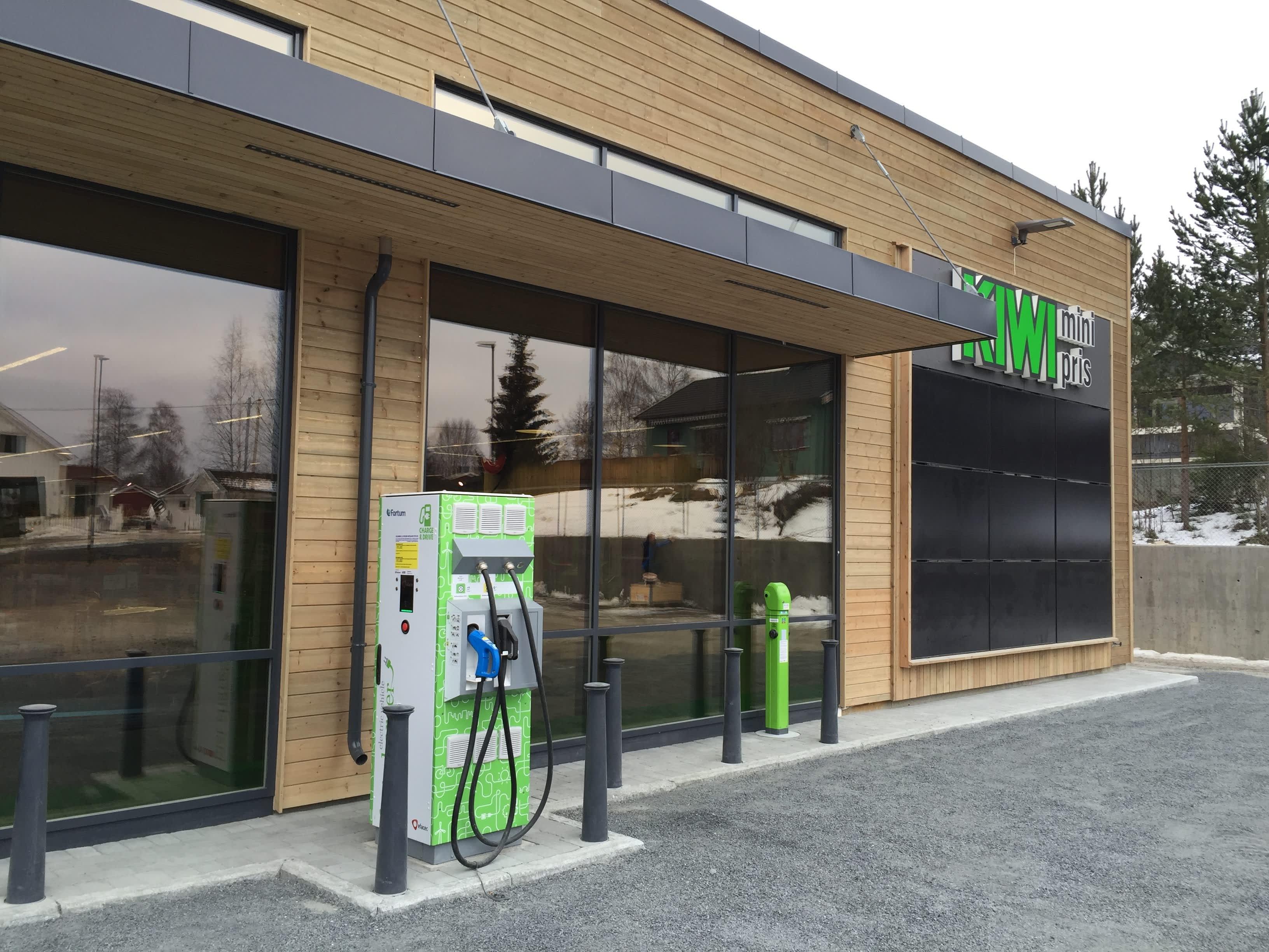 Overskuddsenergien fra butikken går blant annet til ladestasjoner for elbil og elsykler.