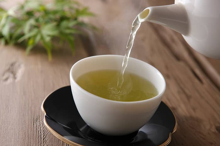 Grønn te har en lettere og mer delikat smak enn sort te.