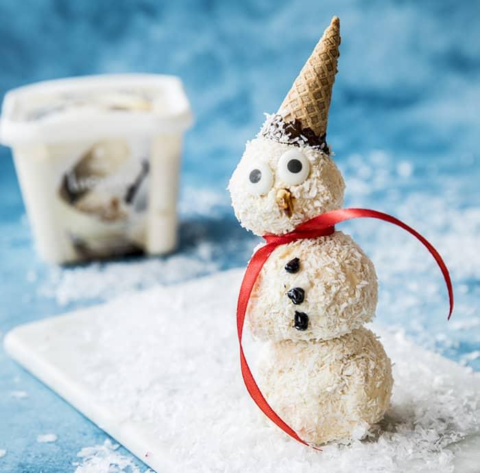Slik lager du snømann med vaniljeis. FOTO: Hennig-Olsen Is