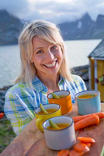 Gulrotssuppe med tomat og avokado. Gyllen som midnattssolen, og varmende på en kjølig, nordnorsk sommerkveld.