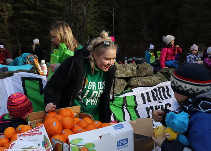 På Kom deg ut-dagen på Fløyen i Bergen delte KIWI ut frukt til de oppmøtte.