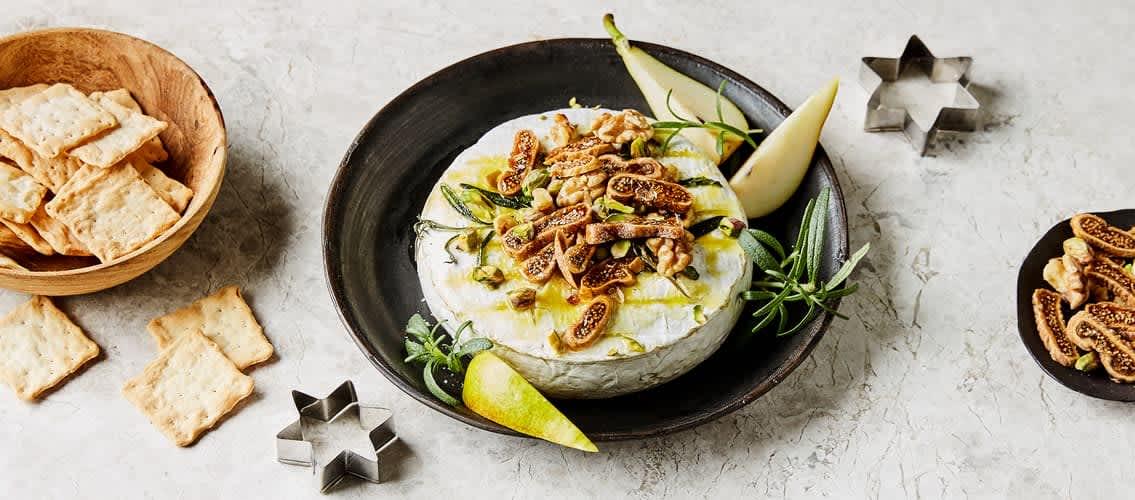 Ovnsbakt camembert er et smakfullt alternativ til eller i tillegg til et tradisjonelt ostefat.