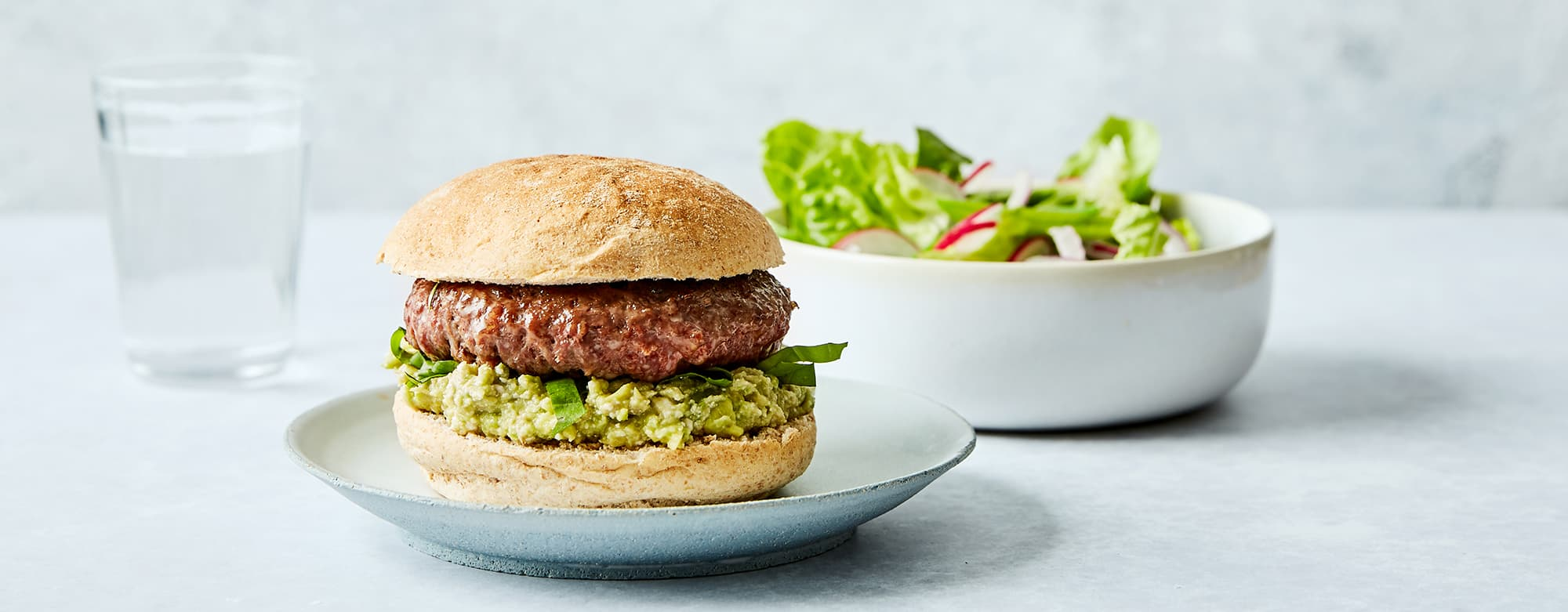 sunn hamburger med salat og avocadomos