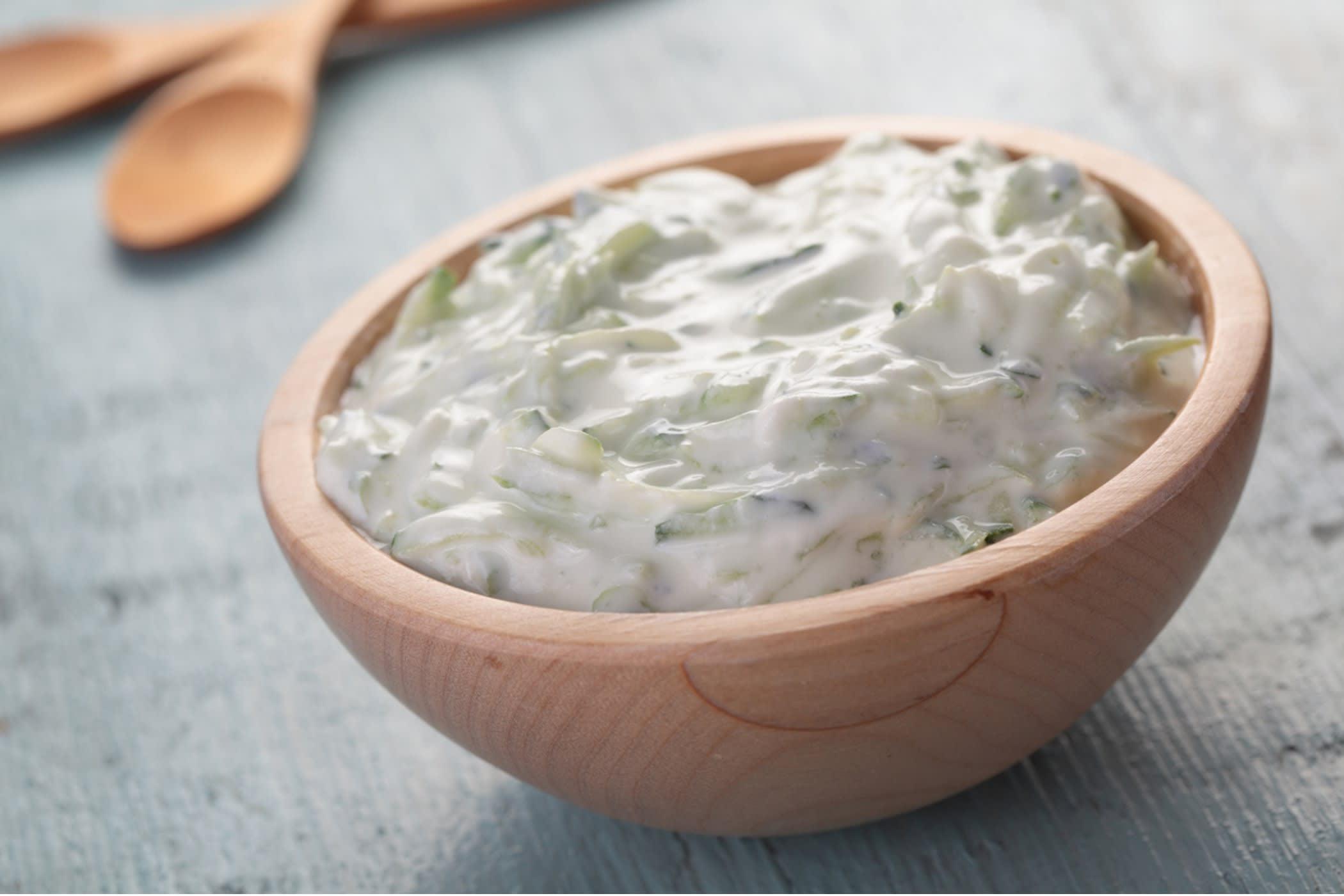 Smakfull tzatziki med yoghurt naturell, revet agurk, hvitløk og urter.