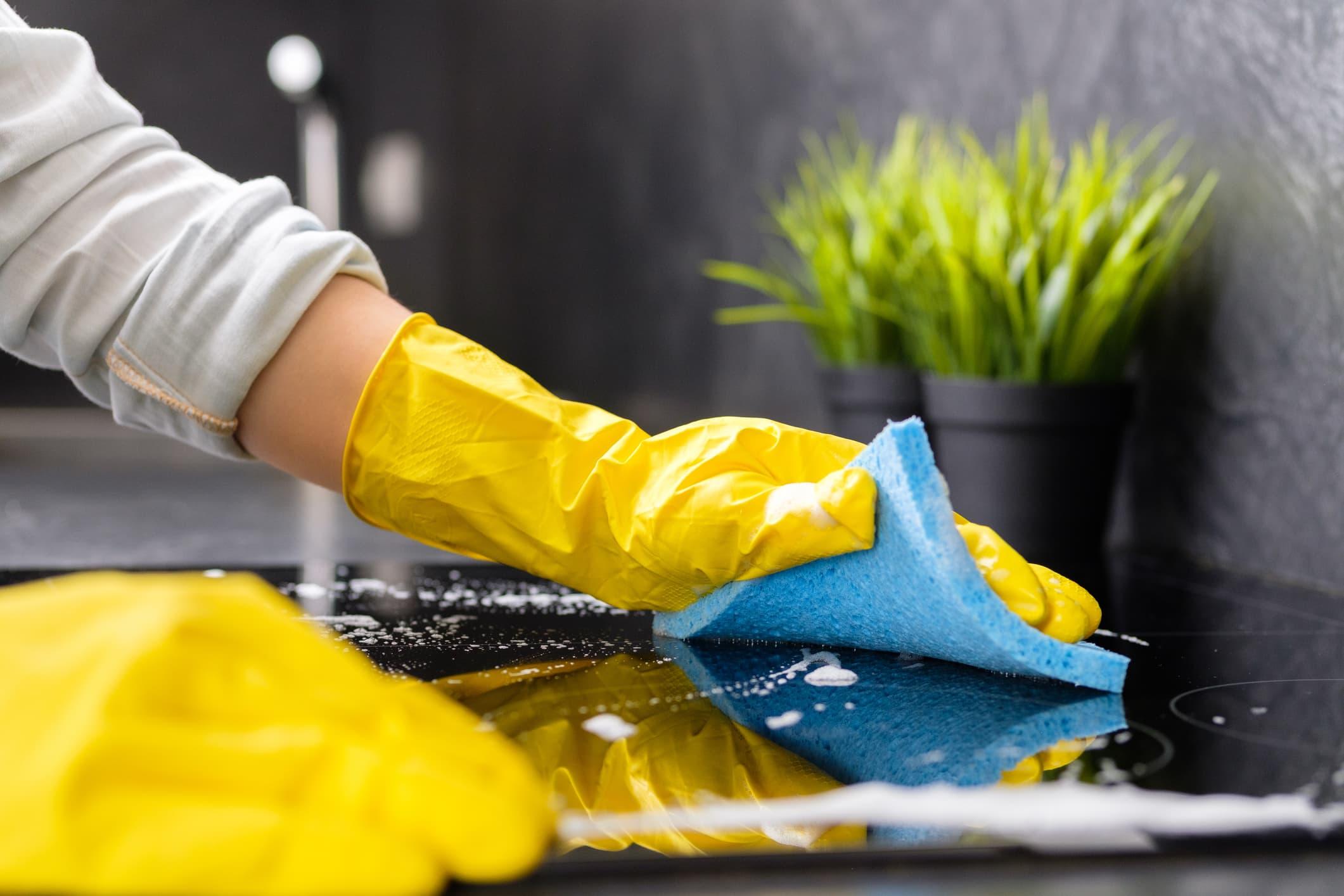 Vask alltid over kjøkkenbenken etter at du har laget mat.