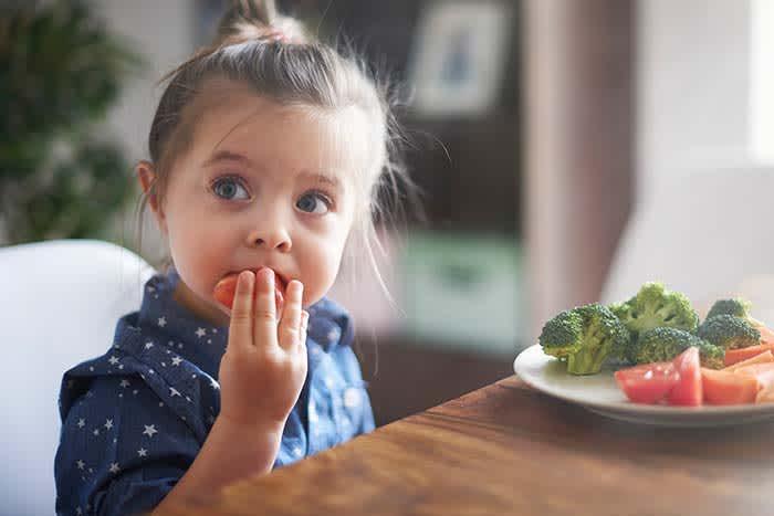 Når barna får delta i både planlegging og oppskjæring, får de også et sterkere eierskap til middagsprosjektet.