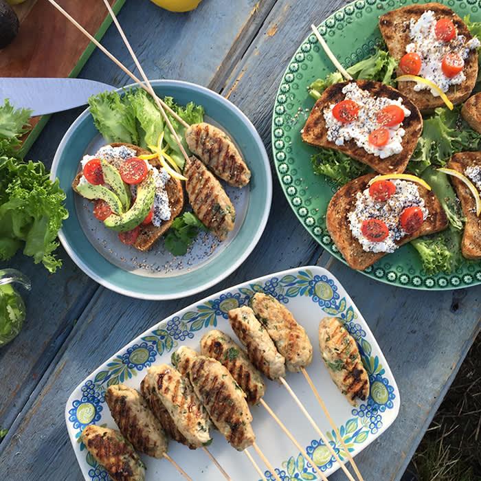 Grillet kebabspyd av kylling med avokado-smørbrød. Oppskriftene passer fint for deling, som her. Perfekt for sommerfesten!