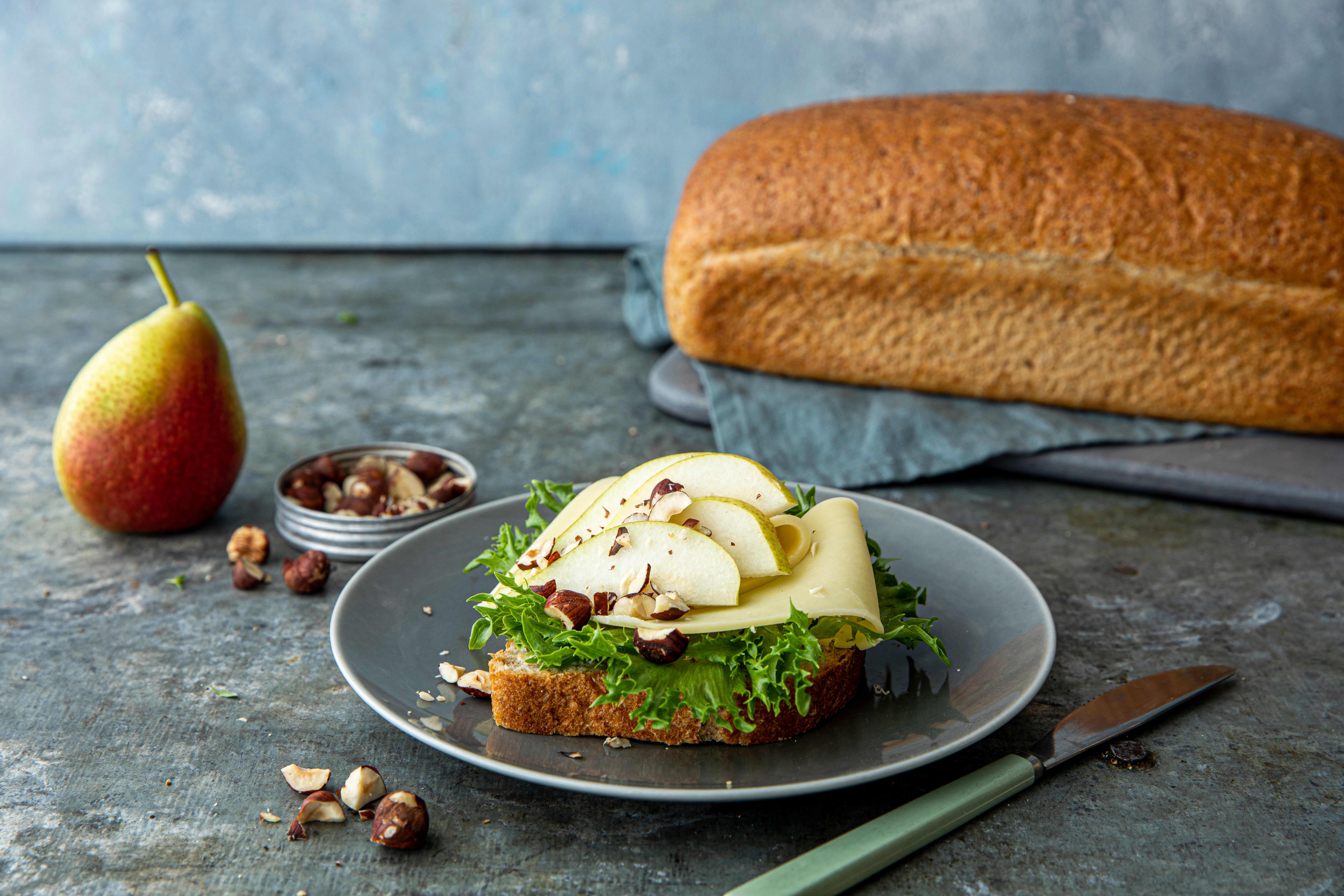 Våre groveste Matpakkebrød med ost, pære og hasselnøtter. Foto: Sara Johannessen