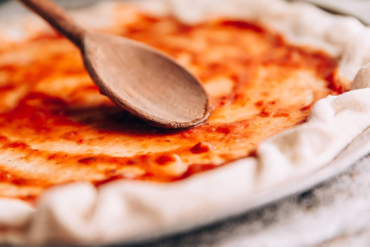 Litt Sriracha kan gi pizzasausen et spennede løft.