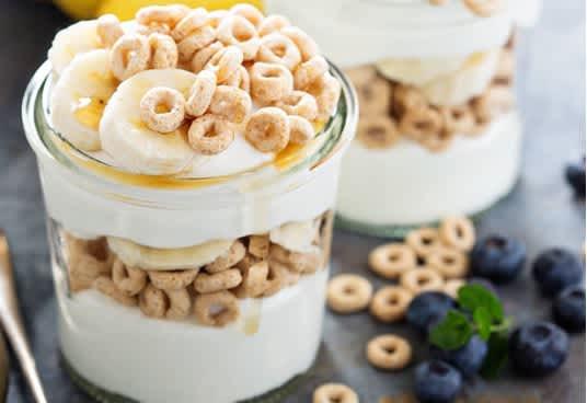 Lag en fristende og deilig frokost med yoghurt, cheerios og honning