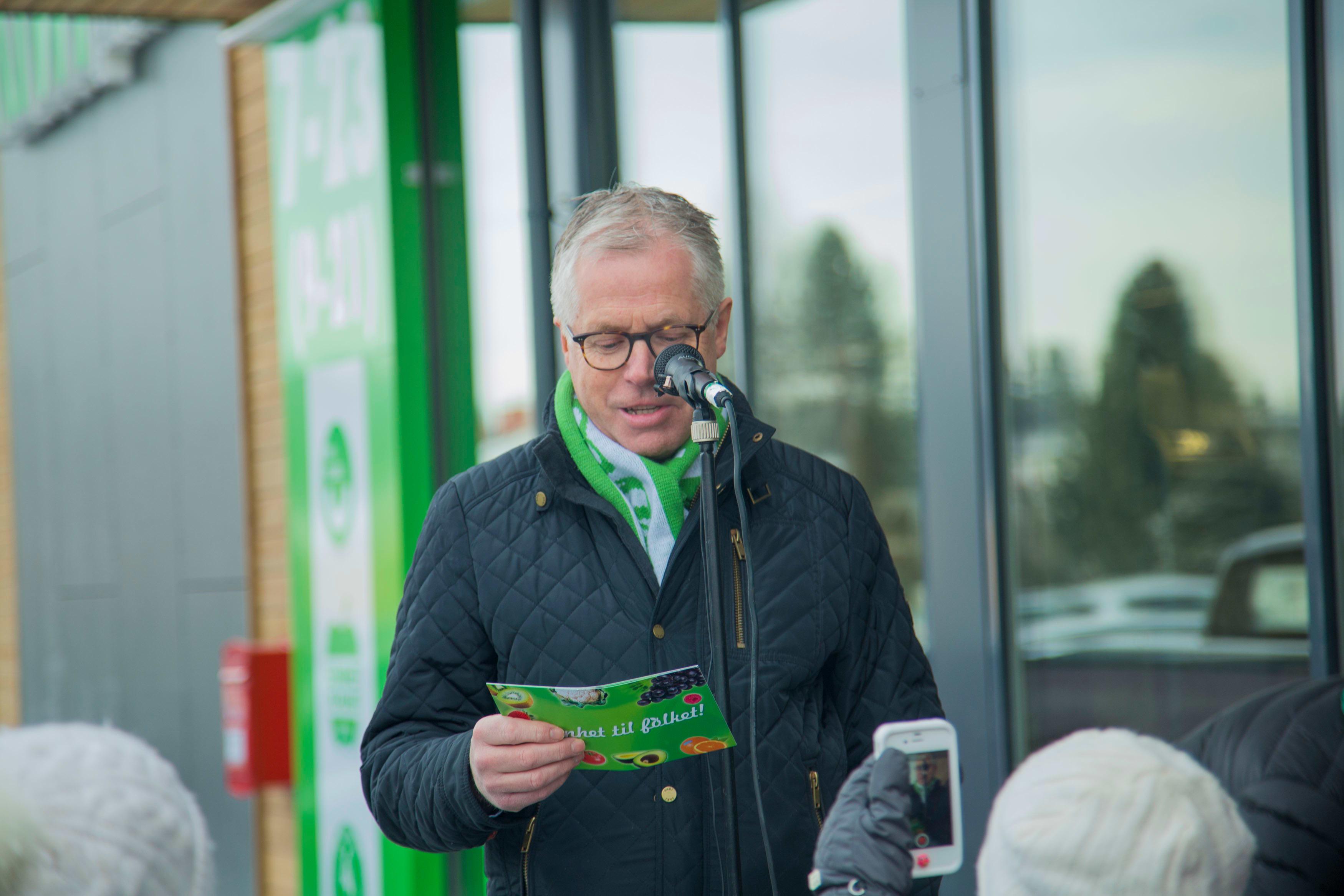 KIWI-sjef Jan Paul Bjørkøy under åpningen av miljøbutikken i Elverum.