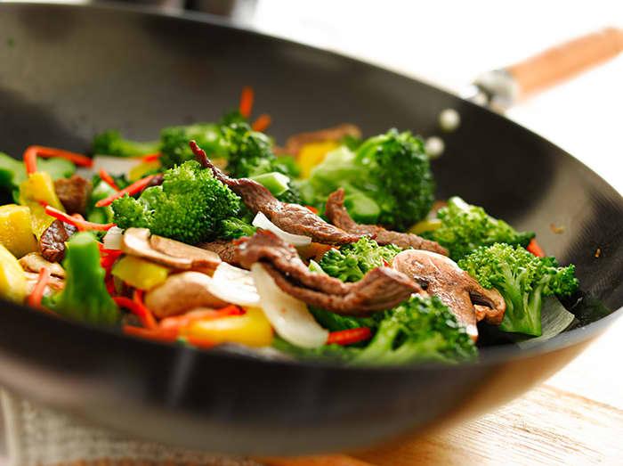 Det fine med en wok, er at du kan putte omtrent hva som helst i den. Benytt anledningen til å redusere matsvinnet i grønnsaksskuffen!
